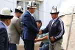 Министрлер кабинетинен төрагасынын биринчи орун басары Айбек Жунушалиев Аксы районундагы селдин кесепетинен каза болгондордун үй-бүлөсүнө барды