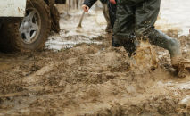 Мужчины в резиновых сапогах во время наводнения. Архивное фото