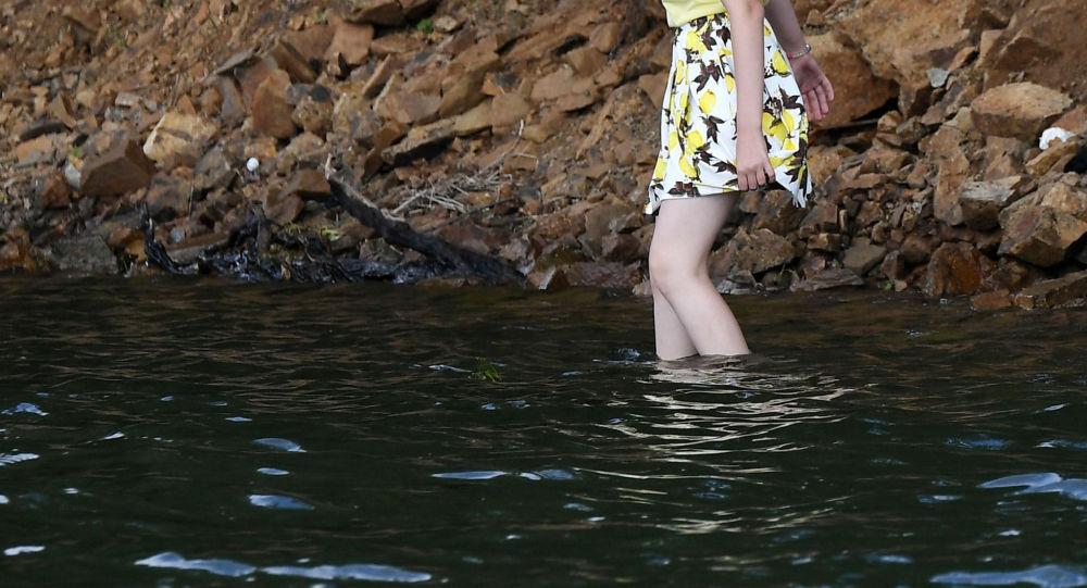 Девушка заходит в воду. Архивное фото