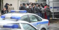 Москванын полиция кызматкерлери рейд учурунда. Архив