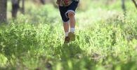 Мальчик бежит по траве. Иллюстративное фото