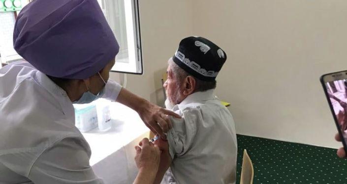 Представители духовенства города Ош во время вакцинации от коронавируса