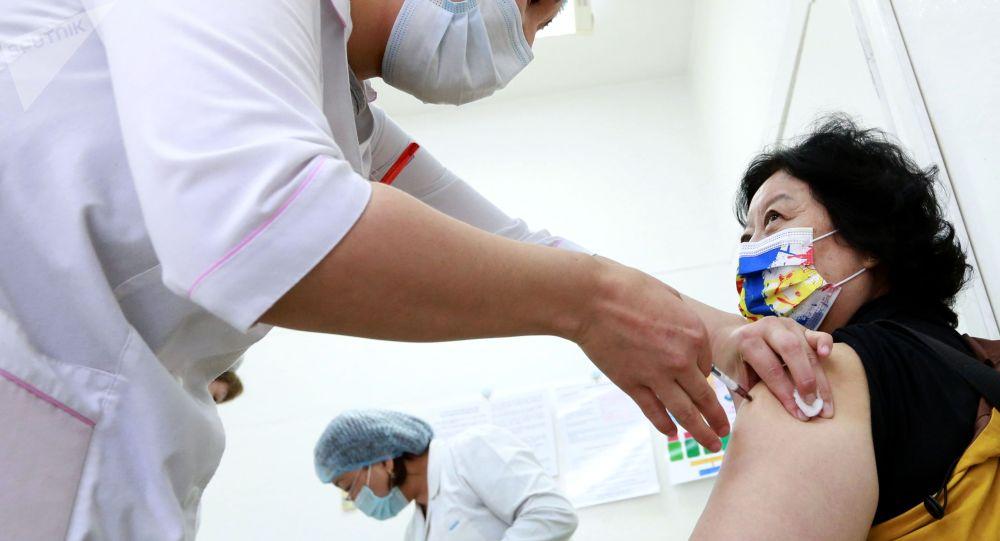 Женщина вакцинируется от COVID-19 в Центре семейной медицины №6 в Бишкеке. Архивное фото