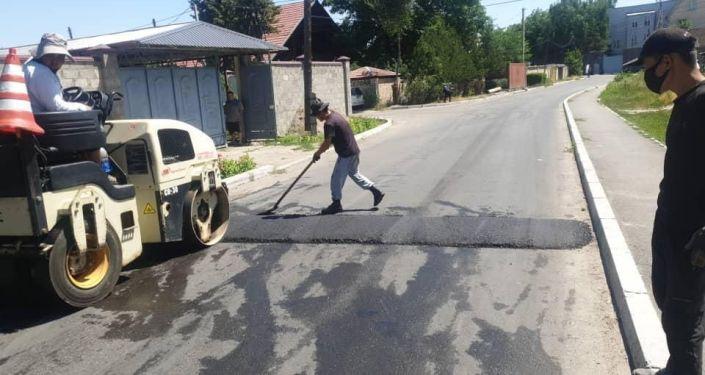 Сотрудники МП Бишкекасфальтсервис во время ремонта одной из улиц Бишкека