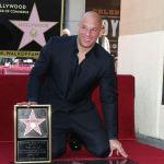 Вин Дизель снялся в картине Спасти рядового Райана ибыл номинирован на премиюГильдии киноактеров СШАв категории Лучшее исполнение ролей группой актеров.  На фото: Вин Дизель на церемонии его чествования на голливудской Аллее славы. Калифорния, 26 августа 2013 года.