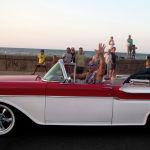 Вин Дизель проработал до 17 лет в театре, где во многом ему помогал отчим. На фото: актер едет на старинном американском автомобиле рядом с актрисой Мишель Родригес после съемок последней части франшизы фильма Форсаж на малеконе в Гаване. Куба, 28 апреля 2016 года.