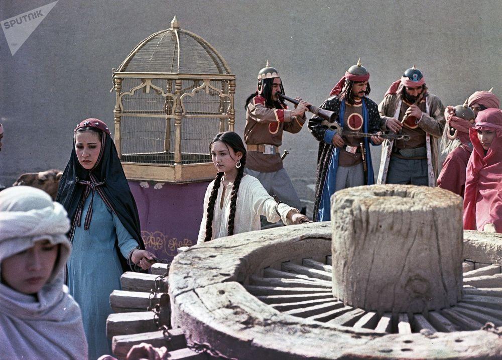 Киночулар Борбор Азиядагы эң байыркы шаарлардын бири Бухарада