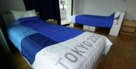 Перерабатываемые картонные кровати и матрасы для спортсменов во время медиа-тура по Олимпийской и Паралимпийской деревне на Играх Токио-2020 в Токио