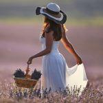 Девушка на лавандовом поле в Крыму. Плантации лаванды занимают более 120 га в Бахчисарайском районе у села Тургеневка.