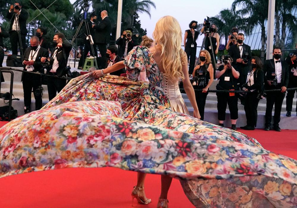 Анджелина Кали позирует фотографам на премьере фильма Разделение на 74-м международном кинофестивале на юге Франции. 9 июля 2021 года