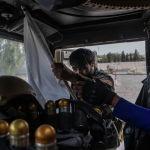 Сотрудник афганского спецназа конфискует флаг талибов в провинции Кандагар (Афганистан). 13 июля 2021 года