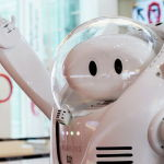 Робот за информационным столом перед Олимпийскими играми 2020 года в Токио (Япония). 18 июля 2021 года