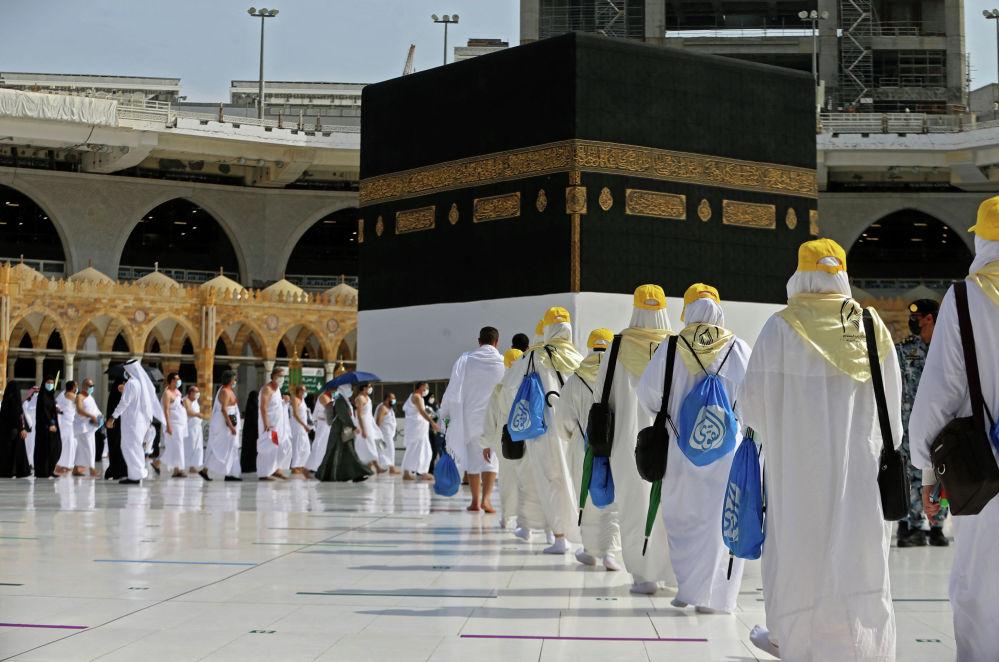 Паломники прибывают в Каабу, святыню ислама в священном городе Мекка, в начале сезона хаджа, 17 июля 2021 года.