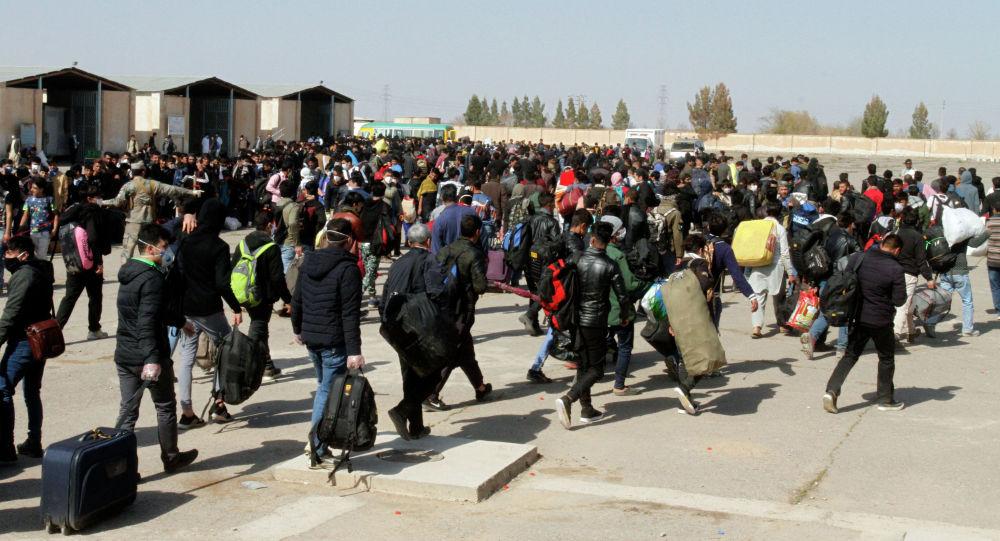 Качкындар Афганистандын батыш провинциясындагы өткөрүү пунктунан өтүп жатышат. Архив