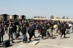 Афганские беженцы проходят через КПП в западной провинции Афганистана. Архивное фото