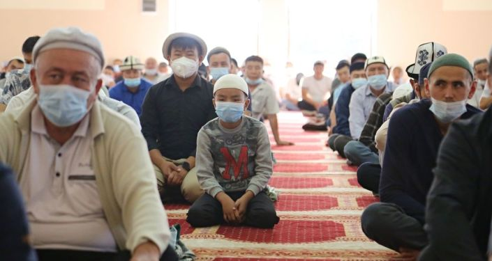 Мусульмане на праздничном Айт-намазе в центральной мечети Оша Сулайман-Тоо