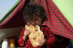 Талибан менен Ооганстандын чалгындоо кызматтарынын ортосундагы уруштан улам үй-бүлөсү үйүн таштап качып кеткен ооган кызы. Архивдик сүрөт