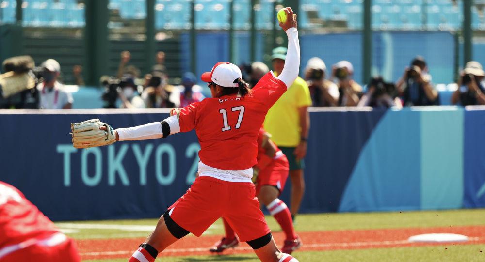 Юкико Уэно из Японии во время матча по софтболу против Австралии в бейсбольном стадионе в Фукусиме на Олимпийских играх 2020 года в Токио . Япония, 21 июля 2021 года