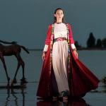 Модель демонстрирует наряд из коллекции кыргызского дизайнера Чолпонай Алмаз Кызы во время Всемирного фестиваля моды кочевников Иссык-Куль 2021 в Чолпон-Ате. 17 июля 2021 года