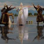 Модели демонстрируют коллекцию российского дизайнера Кима Донгак во время Всемирного фестиваля моды кочевников Иссык-Куль 2021 в Чолпон-Ате