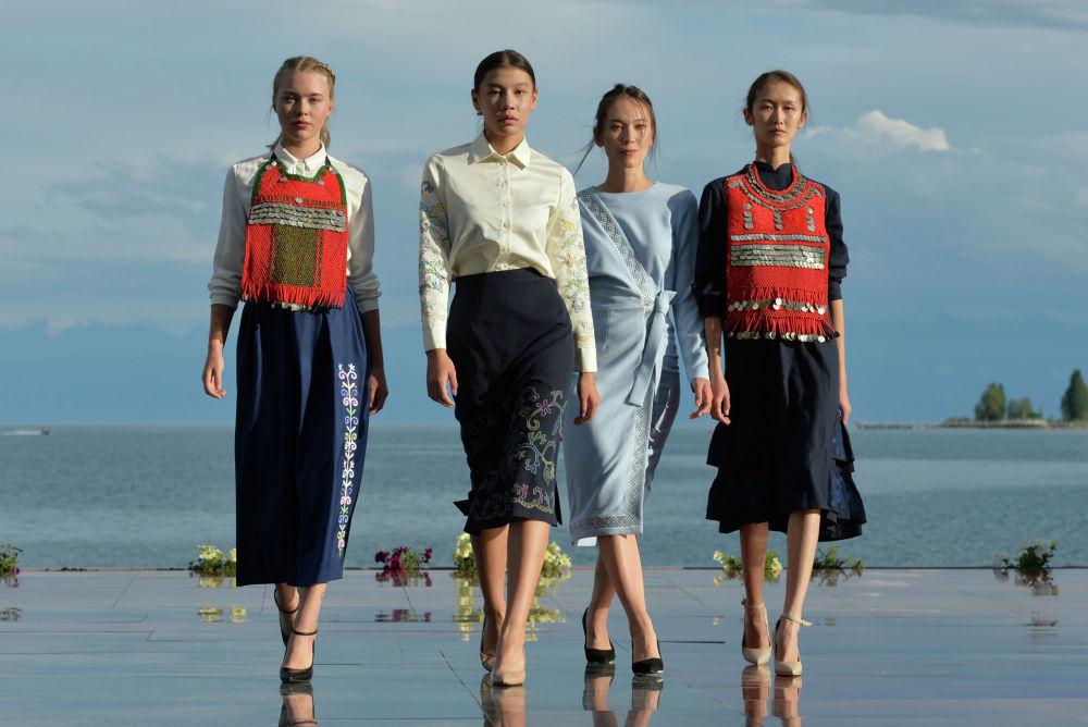 Модели демонстрируют коллекцию российского дизайнера Эльмиры Давлетовой во время Всемирного фестиваля моды кочевников Иссык-Куль 2021 в Чолпон-Ате. 17 июля 2021 года