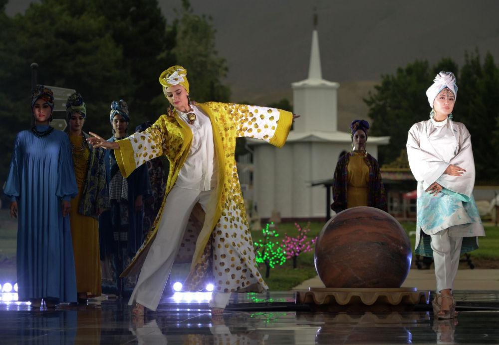 Модели демонстрируют коллекцию кыргызских дизайнеров Назиры Айдаровой и Зухры Кемельбековой во время Всемирного фестиваля моды кочевников Иссык-Куль 2021 в Чолпон-Ате. 17 июля 2021 года