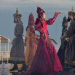 Модели демонстрируют коллекцию российского дизайнера Кима Донгак во время Всемирного фестиваля моды кочевников Иссык-Куль 2021, в Чолпон-Ате