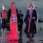 одели демонстрируют коллекцию российского дизайнера Эльмиры Давлетовой во время Всемирного фестиваля моды кочевников Иссык-Куль 2021 в Чолпон-Ате