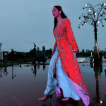 Модель демонстрирует коллекцию французского дизайнера Хинта Жюдара во время Всемирного фестиваля моды кочевников Иссык-Куль 2021 в Чолпон-Ате