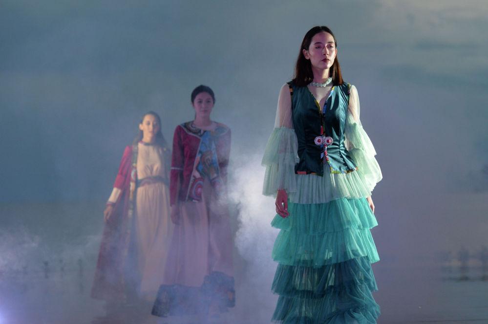 Модель демонстрирует коллекцию казахстанского дизайнера Чолпонай Жазиры Кабаевой во время Всемирного фестиваля моды кочевников Иссык-Куль 2021, в Чолпон-Ате