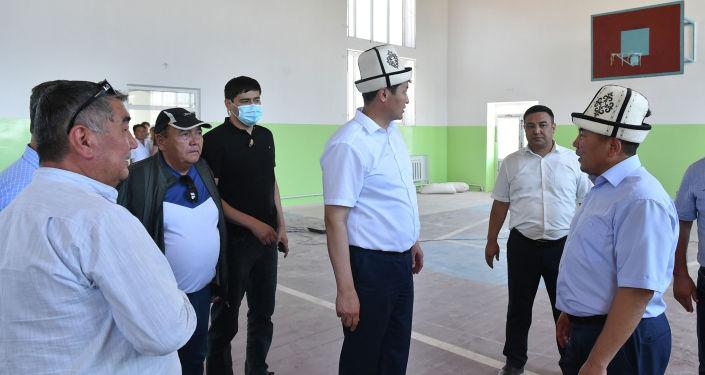 Председатель кабинета министров КР Улукбек Марипов посетил село Максат Лейлекского района Баткенской области, где ознакомился с ходом восстановительных работ школы, пострадавших в результате событий на кыргызско-таджикском участке государственной границы в Баткенской области