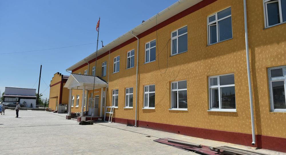 Восстановительные работы в школе, пострадавшей в результате событий на кыргызско-таджикской границе