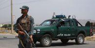 Афганистандын Улуттук полиция кызматкери көзөмөлдөө пунктунда. Архивдик сүрөт