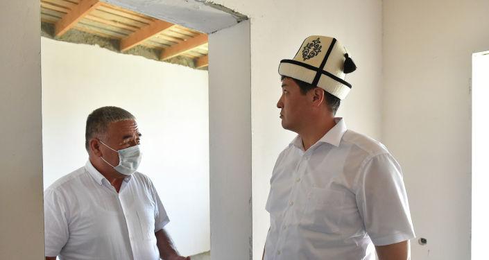 Председатель кабмина Улукбек Марипов осмотрел ход строительства домов для 36 семей, в которых есть погибшие в результате конфликта на кыргызско-таджикской границе