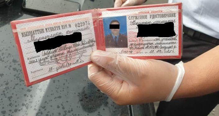 Служебное удостоверение задержанного сотрудника ОВД Сокулукского района по факту вымогательства взятки. 22 июля 2021 года