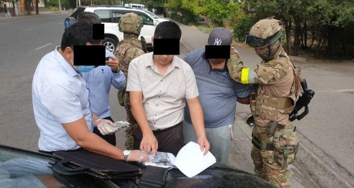 Задержанный с поличным сотрудник ОВД Сокулукского района по факту вымогательства взятки. 22 июля 2021 года