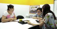 Почти 300 школьниц в Кыргызстане окончили бесплатные курсы цифровой грамотности. Они освоили навыки программирования, графического дизайна, SMM и монтажа.
