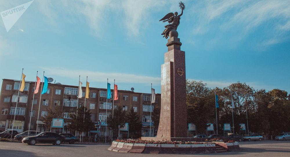 Вид на памятник Свободе (Эркиндик) на центральной улице в Баткене. Архивное фото