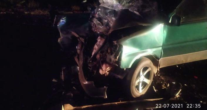 Последствие ДТП на 107-м км автодороги Бишкек-Нарын-Торугарт (село Нур), где столкнулись Honda Stepwagon и Mitsubishi Pajero