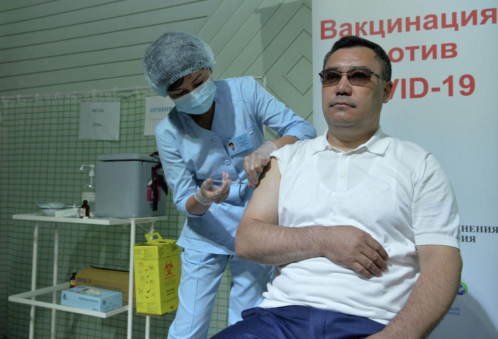 Президент Садыр Жапаров баш калаадагы соода борборлорунун биринде кытайдын Sinopharm дарысы менен коронавируска каршы эмдөө алды