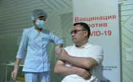 Президент Садыр Жапаров во время вакцинации против COVID-19