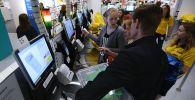Покупатели у касс самообслуживания. Архивное фото