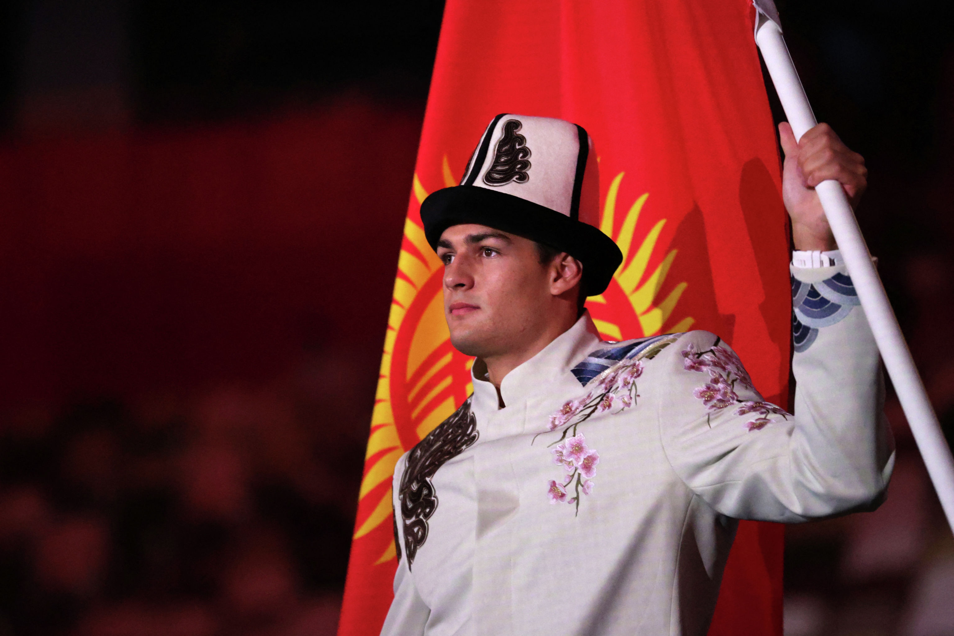 Знаменосец сборной Кыргызстана Денис Петрашов возглавляет делегацию во время церемонии открытия Олимпийских игр 2020 года в Токио