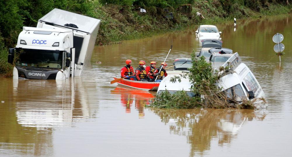 Спасательная команда возле затопленных машин после проливных дождей в Эрфтштадте (Германия)