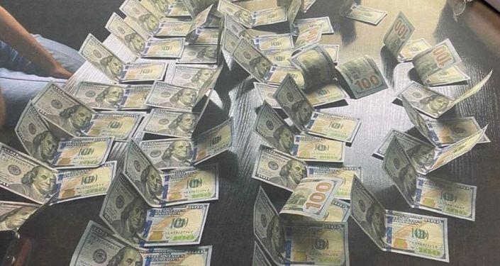 Задержание сотрудника структурного подразделения мэрии Бишкека при получении взятки в размере девяти тысяч долларов. 23 июля 2021 года