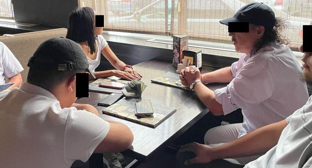 Задержание сотрудника мэрии Бишкека при получении взятки