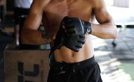 Боец смешанных боевых искусств во время тренировки. Архивное фото