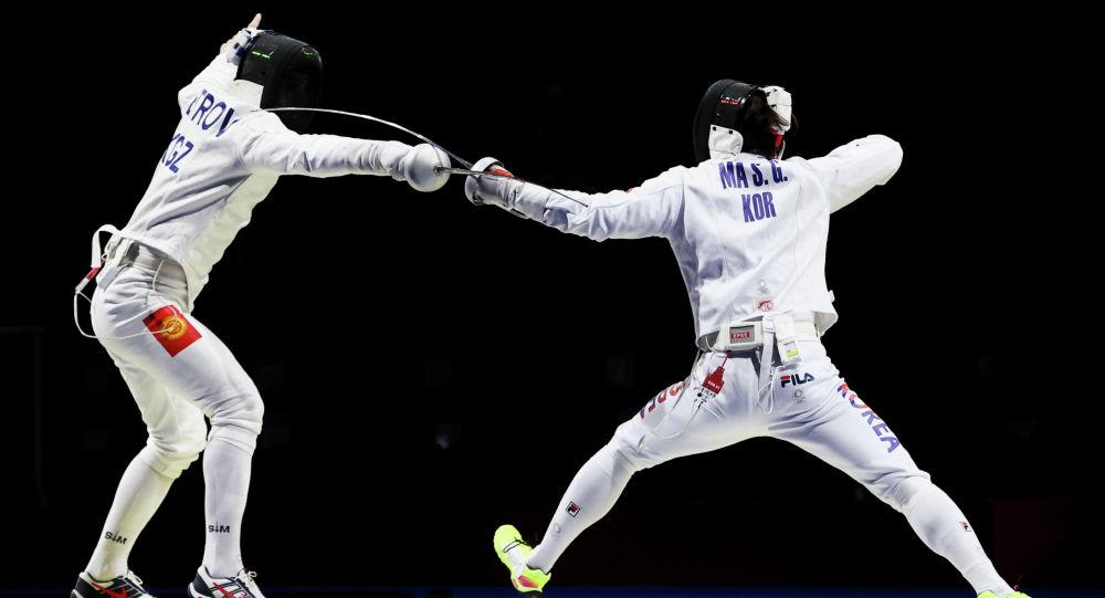 Роман Петров в поединке по фехтованию против Ма Сегеона на Олимпийских играх в Токио