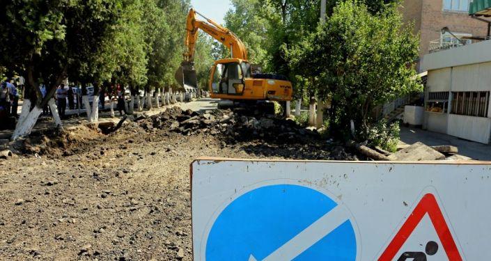 Капитальный ремонт дороги в рамках проекта по реконструкции улицы Салиевой и последующая установка именных мраморных плит в Оше. 25 июля 2021года