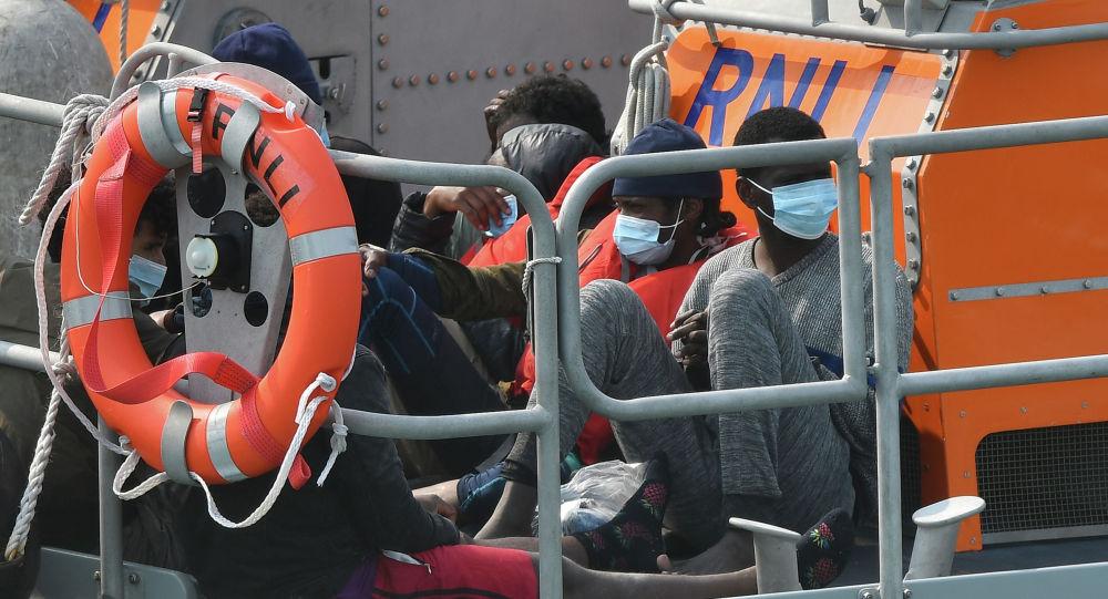 Мигранты, задержанные при пересечении Ла-Манша, город Дувр, юго-восток Англии. Архивное фото